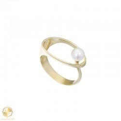 Gold oval ring with pearl
